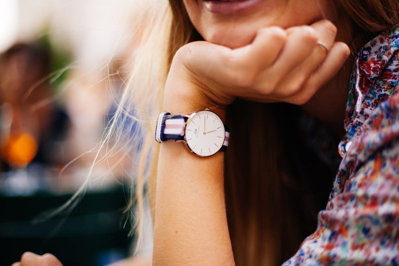 Les femmes adoptent également une montre d'homme